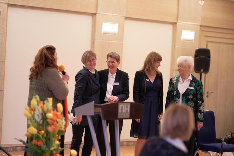 Im Namen des ZC Potsdam bedankt sich die Gründungspräsidentin Petra Rauschenbach bei den  Mitgliedern des Zonta Clubs Berlin (SOM-Club) für die Unterstützung, v.l.n.r. Petra Rauschenbach, Präsidentin Karen Hiort, Schriftführerin Prof. Dr. Angelika Menne-Haritz, Dr. Raphaela Borowka (führte charmant durch das Programm), Beisitzerin  Marianne Schmidt