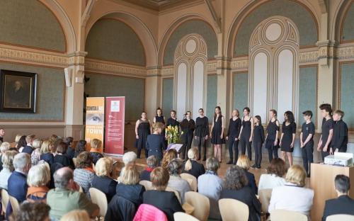 Der Popchor des Helmholtz Gymnasiums unter der Leitung von Ellen Rossie begeistert die Gäste