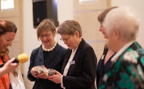 Susanne von Bassewitz, Zonta Club Düsseldorf II, Präsident-Elect, Zonta International (3.v.l.) mit Gästen bei der Charterfeier