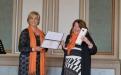 Griet de Pryker, Zonta Club Leper, Governor, District 27 (1.v.l.) überreicht die Charterurkunde an Petra Rauschenbach, Gründungspräsidentin des Zonta Clubs Potsdam